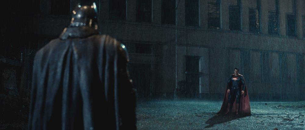 batman-v-superman-dawn-of-justice-2016-001-duo-face-off-in-rain.jpg